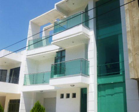 fachada con ventanales en vidrio