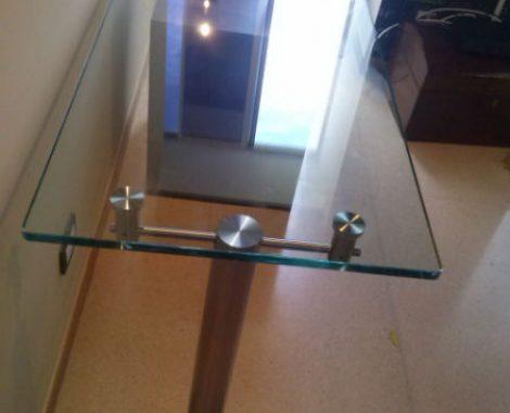 mesa en vidrio y acero