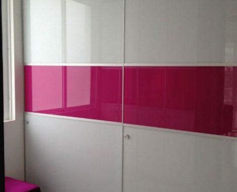 Closet-de-puertas-corredizas-en-vidrio-de-color-blanco-y-fucsia-con-marco-en-aluminio