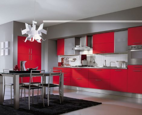 Cocina-Integral-enchapada-en-formica-color-rojo-mesón-en-acero-inoxidable-y-campana-extractora-con-ducto.