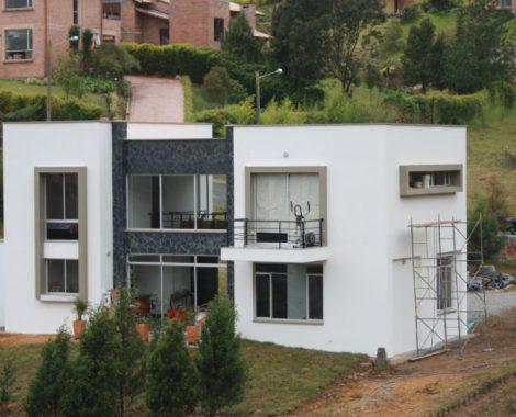 fachada con acabados en acero, vidrio y aluminio
