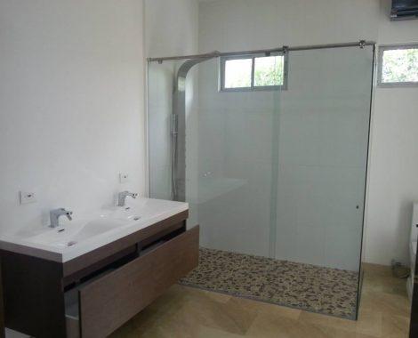 bano moderno en vidrio y aluminio