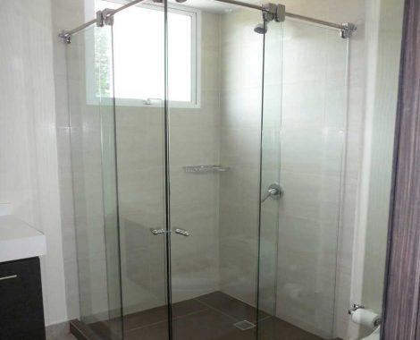 Bano blanco en aluminio y vidrio