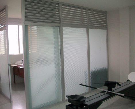 division de espacio en aluminio y vidrio