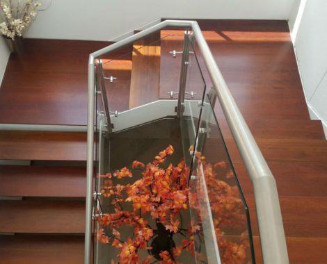 PASAMANOS EN ACERO Y VIDRIO- Escaleras en madera